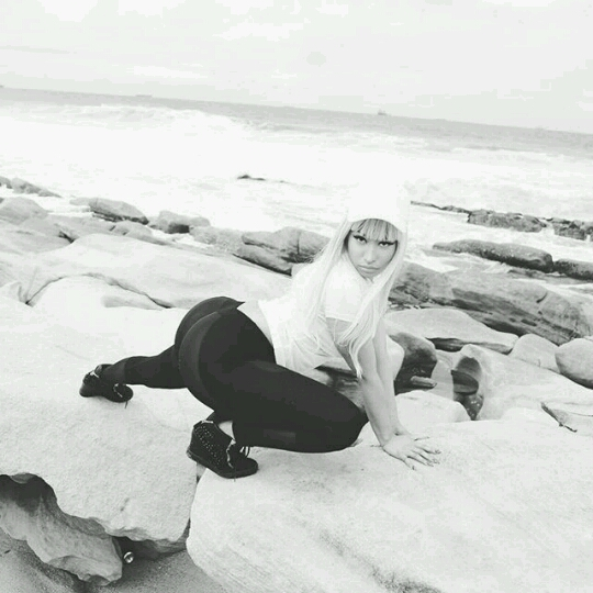 Nicki Minaj strikes ràunchy pose at Durban beach